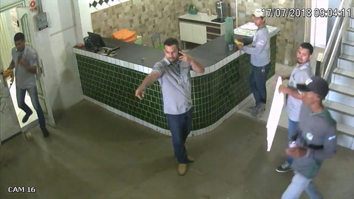 Des travailleurs terrifiés se sont enfuis d'un pit-bull pour sauver leurs vies, mais un gars savait exactement ce qu'il fallait faire