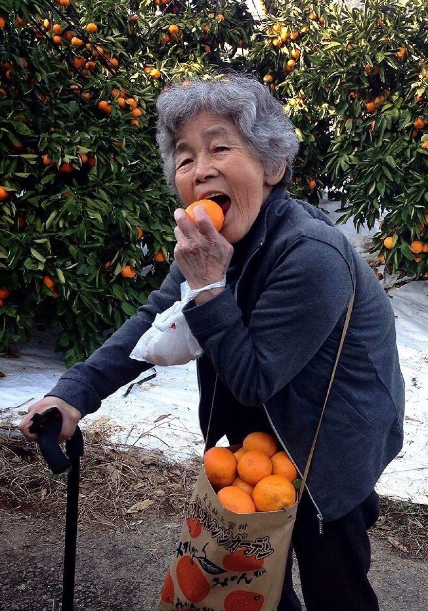 Depuis que cette grand-mère japonaise de 90 ans a découvert la photo, elle ne peut plus arrêter de prendre autoportraits hilarants (nouvelles images)