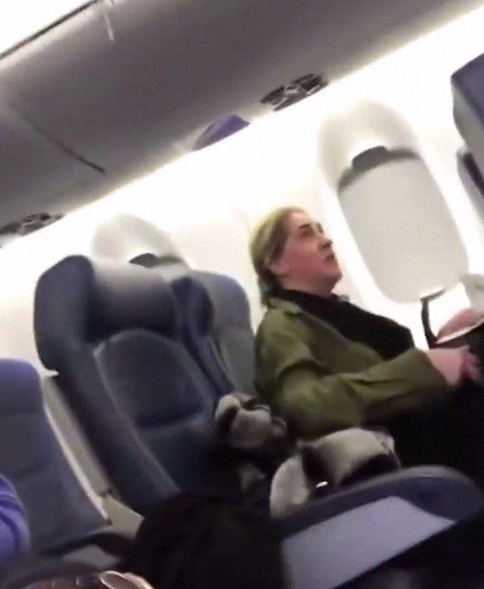 Cette femme a refusé de s'assoir à côté d'un bébé en pleurs en avion et elle a été frappée par le karma instantané