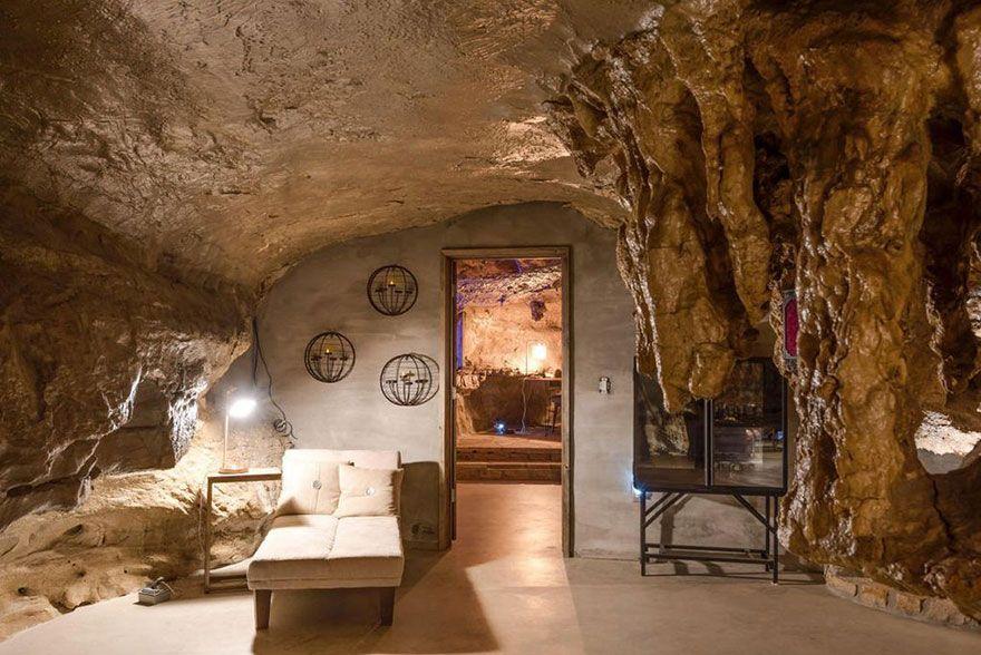 Quelqu'un vend une maison incroyable cachée dans une grotte et l'intérieur est encore mieux que l'extérieur