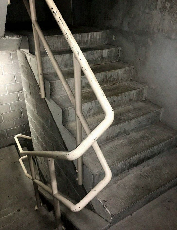 Une coquerelle meurt dans les escaliers d'un bureau et l'histoire devient de plus en plus drôle à chaque image
