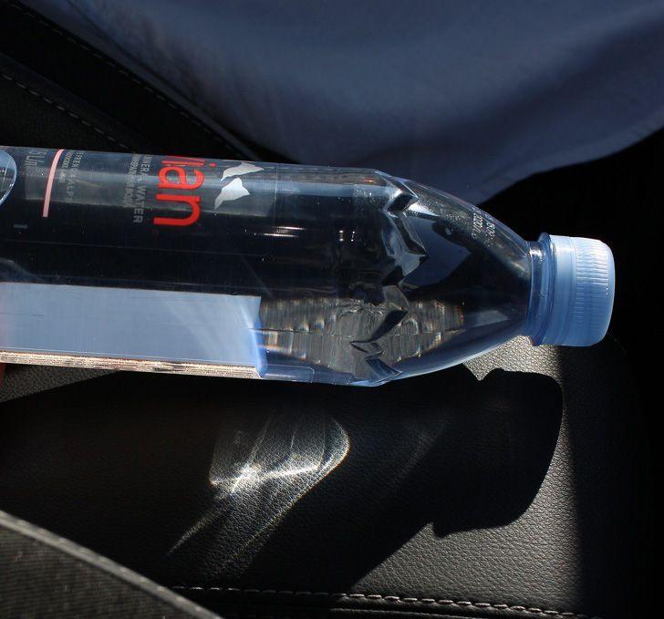 Les pompiers avertissent les gens de ne pas laisser leurs bouteilles d'eau dans la voiture
