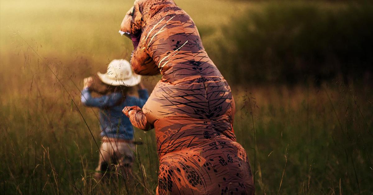 Cette mère a laissé son fils autiste porter un costume de tyrannosaure pour leurs photos de famille parce qu'il déteste être photographié