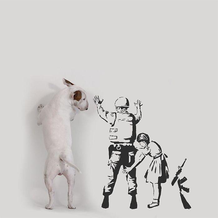Ce gars dont l'épouse l'a laissé avec rien d'autre qu'un chien continue à le mettre dans des scénarios amusants (40 nouvelles images)
