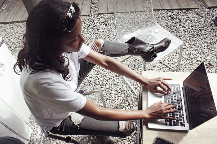 Des trolls se sont moqués de cette mannequin de Victoria's Secret parce qu'elle a dit qu'elle savait programmer, mais ils se sont fait clouer le bec par la réponse parfaite