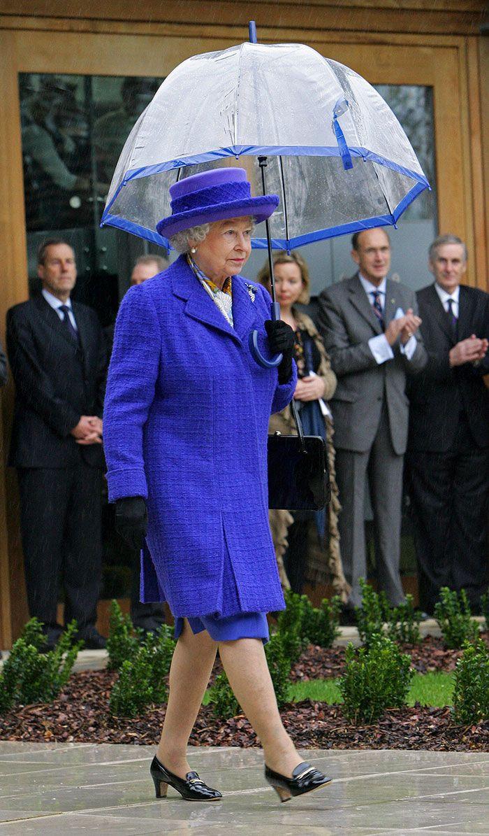 Quelqu'un a remarqué la chose la plus cool à propos de la façon dont la reine assortit ses tenues, et on ne peut plus l'effacer de notre mémoire