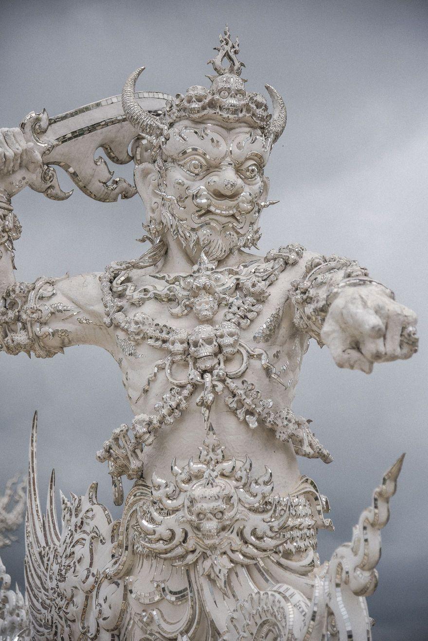 Ce temple blanc en Thaïlande est à la fois le paradis et l'enfer (31 photos)