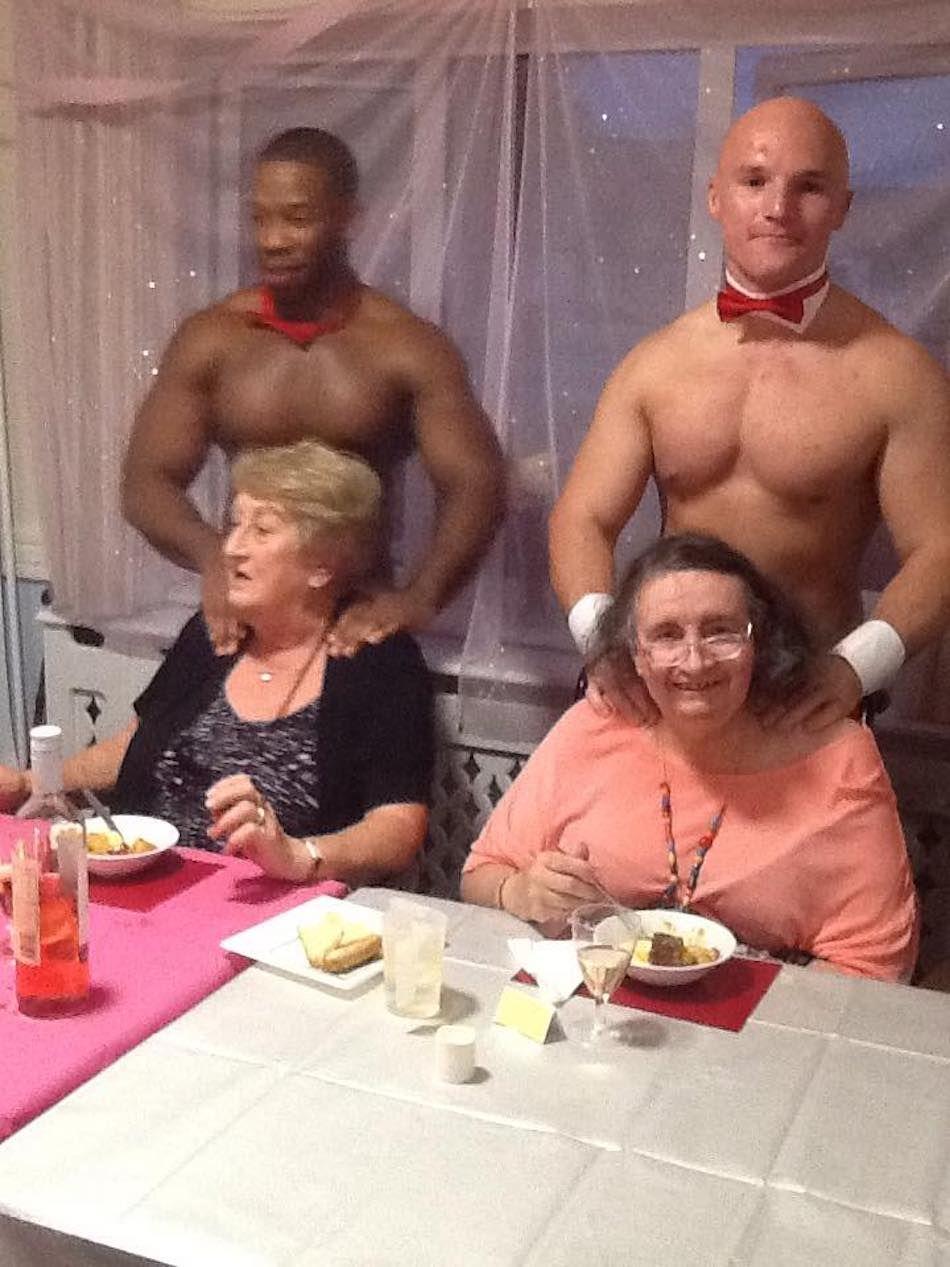 Cette maison de retraite a engagé des serveurs sexys pour servir le dîner