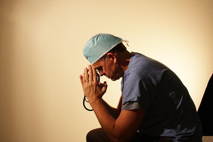 Dans une lettre ouverte déchirante, un médecin a expliqué pourquoi il vérifie le compte Facebook de ses patients décédés avant d'avertir leurs parents