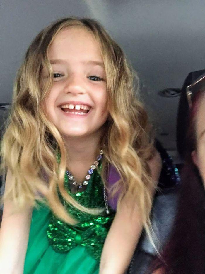 Cette fille a décidé de porter du vert pour les photos d'école et les résultats ont fait pleurer de rire sa mère