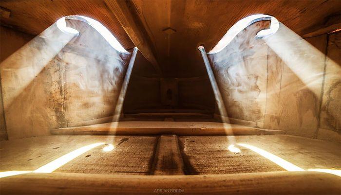 10 photos incroyables prises à l'intérieur d'instruments de musique par un photographe roumain