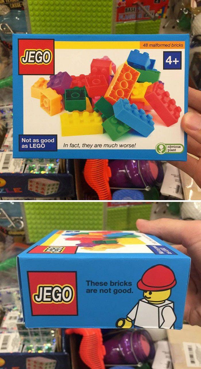 18 faux cadeaux de Noël hilarants qu'un gars a placés parmi les autres jouets dans des magasins