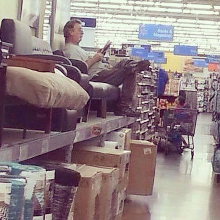 33 «hommes misérables» photographiés alors que leurs femmes faisaient des courses