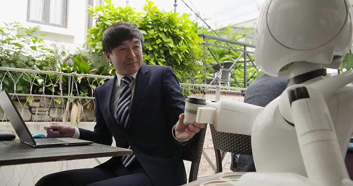 Un café japonais a trouvé un moyen d'embaucher des personnes paralysées comme serveurs