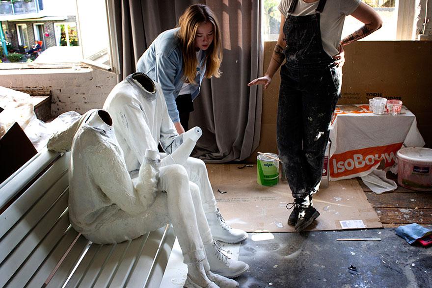 Pour souligner notre obsession avec les téléphones, cet artiste britannique a créé une sculpture qui livre un puissant message