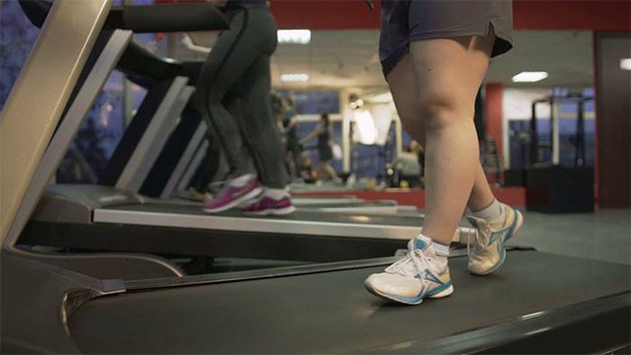 Des tyrans ont ridiculisé et filmé une femme qui essayait de perdre du poids au gymnase, alors cette inconnue l'a vengée