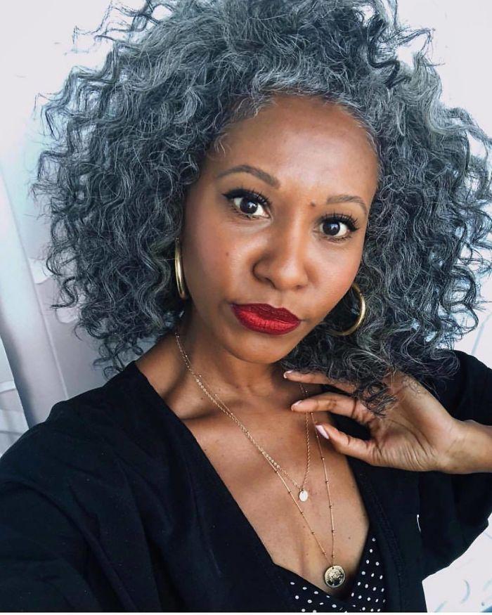 Ces 33 femmes qui ont arrêté de se teindre les cheveux sont si jolies qu'elles pourraient vous convaincre de faire pareil