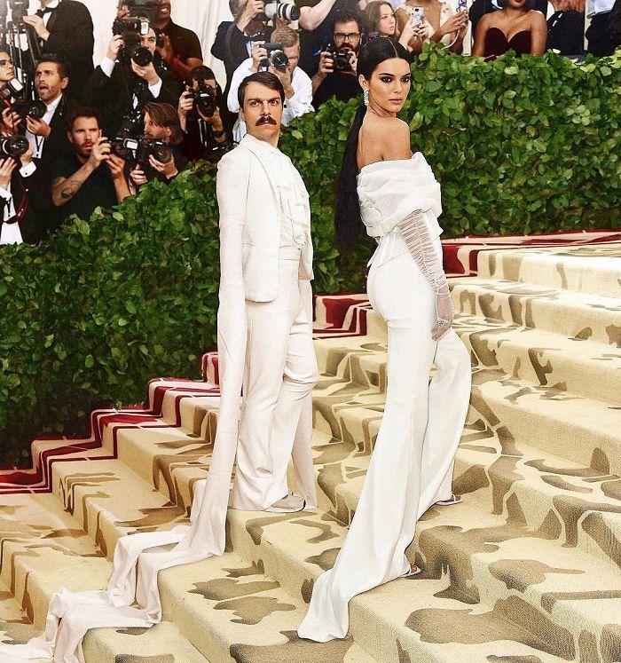 10 Best Kylie Jenner Logo Images On Pinterest: Ce Gars N'arrête Pas De Se Photoshoper Dans Les Photos De