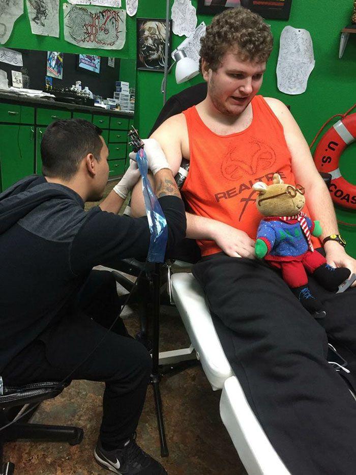 Un homme autiste a enfin obtenu son tatouage de rêve même quand plusieurs salons ont refusé de le tatouer