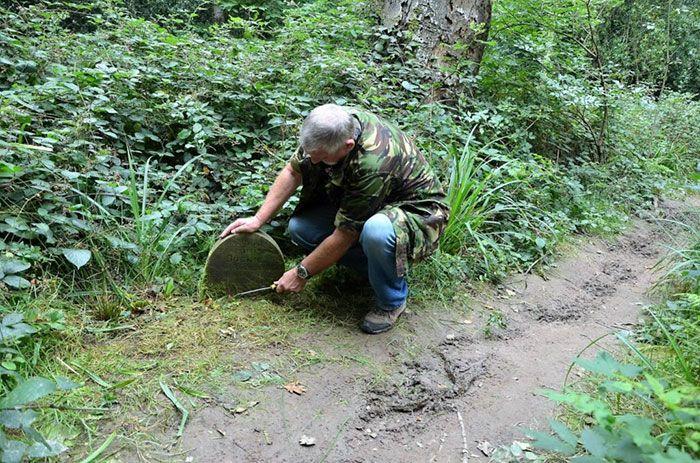 Un homme a découvert une pierre tombale de 130 ans dans les bois et y a trouvé un curieux message lorsqu'il l'a nettoyée