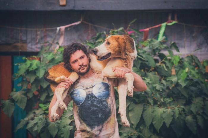 Une célèbre photographe a mis fin à sa carrière pour vivre dans une forêt avec 100 chiens malades