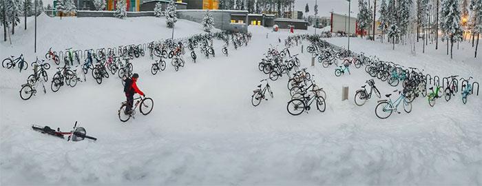 En Finlande, les enfants continuent d'aller à l'école à vélo même lorsqu'il fait -17 °C et c'est une leçon pour nous tous