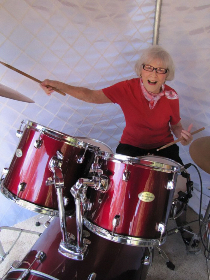 Cette femme a commencé à jouer de la batterie en 1920 et elle a toujours ce qu'il faut à 106 ans