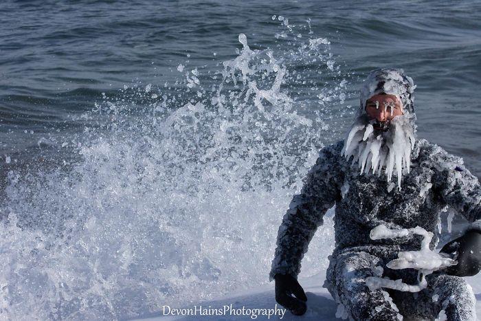 Ces surfeurs ont appris de façon brutale ce qui arrive quand tu fais du surf pendant un vortex polaire (18 photos) By Ipnoze.com Surf-hiver-vortex-polaire-devon-hains-photography-lac-superieur-michigan-002
