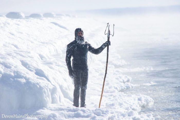 Ces surfeurs ont appris de façon brutale ce qui arrive quand tu fais du surf pendant un vortex polaire (18 photos) By Ipnoze.com Surf-hiver-vortex-polaire-devon-hains-photography-lac-superieur-michigan-007