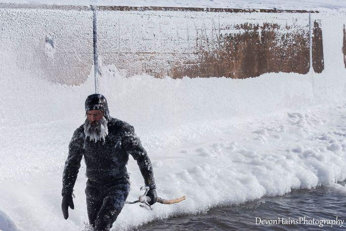 Ces surfeurs ont appris de façon brutale ce qui arrive quand tu fais du surf pendant un vortex polaire (18 photos)