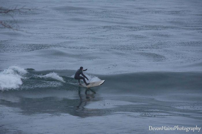 Ces surfeurs ont appris de façon brutale ce qui arrive quand tu fais du surf pendant un vortex polaire (18 photos) By Ipnoze.com Surf-hiver-vortex-polaire-devon-hains-photography-lac-superieur-michigan-009