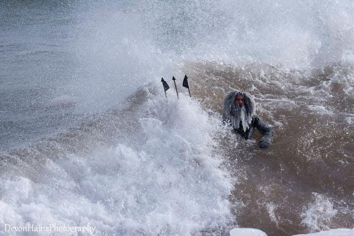 Ces surfeurs ont appris de façon brutale ce qui arrive quand tu fais du surf pendant un vortex polaire (18 photos) By Ipnoze.com Surf-hiver-vortex-polaire-devon-hains-photography-lac-superieur-michigan-011