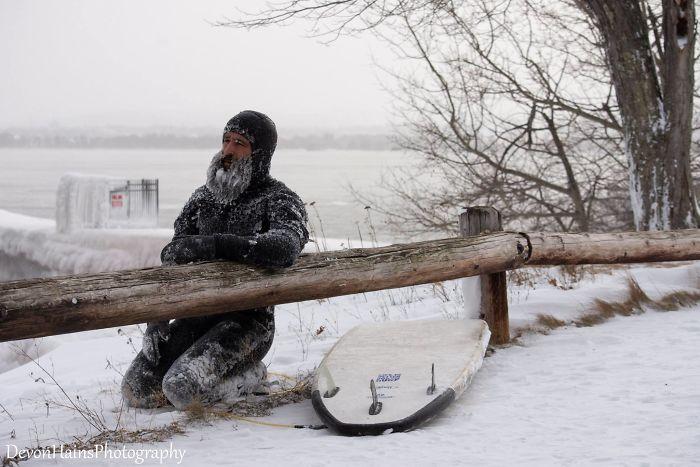Ces surfeurs ont appris de façon brutale ce qui arrive quand tu fais du surf pendant un vortex polaire (18 photos) By Ipnoze.com Surf-hiver-vortex-polaire-devon-hains-photography-lac-superieur-michigan-014