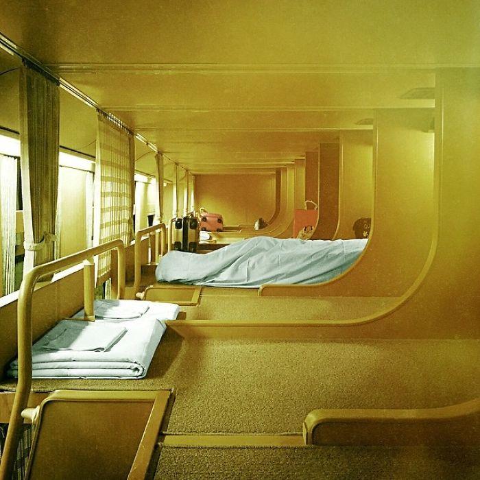 Les trains de nuit japonais ont l'air ordinaire de l'extérieur, mais l'intérieur est une oasis de paix