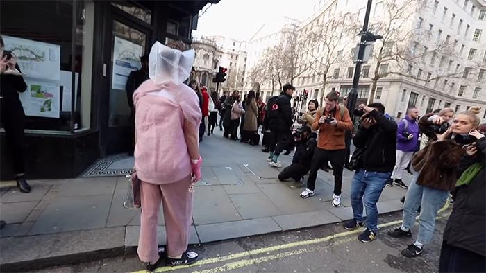 Ce gars s'est délibérément habillé le plus bêtement possible pour la Fashion Week de Londres et a été accueilli comme un mannequin célèbre
