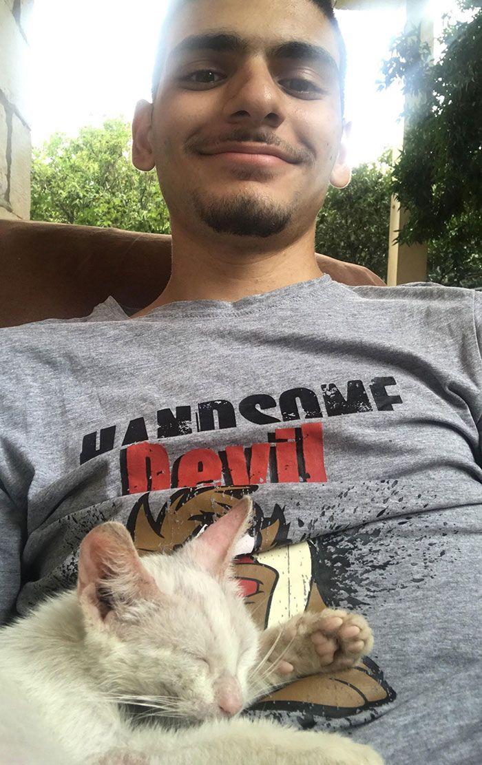 Un gars s'est réveillé d'une sieste et a trouvé un chaton errant endormi sur son ventre, alors il a décidé de le garder