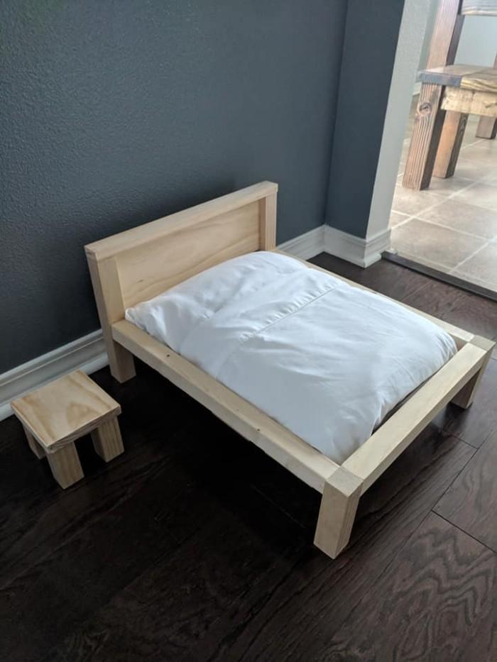 Une femme a éclaté de rire après avoir découvert que le lit que son mari construisait était pour le chat, pas pour eux