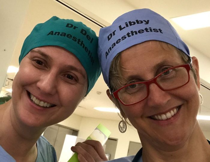 La décision «maladroite» d'un médecin d'écrire son nom sur son bonnet de bloc est en train de changer la sécurité dans les hôpitaux du monde entier