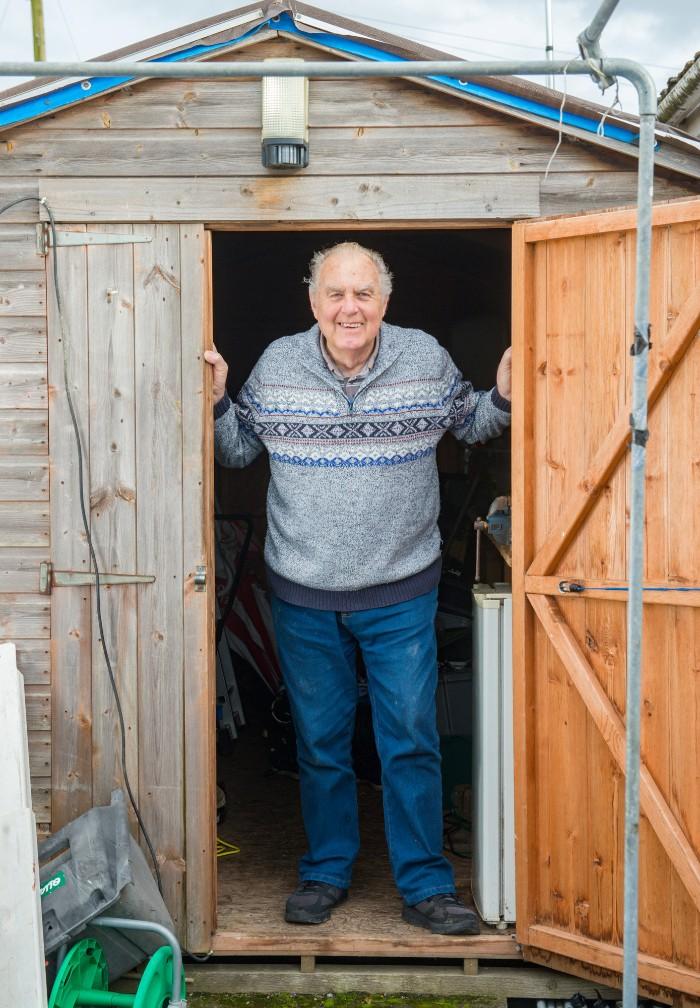 «Je pensais que je devenais fou» : un retraité a surpris une souris qui nettoyait son abri de jardin avec une caméra de surveillance