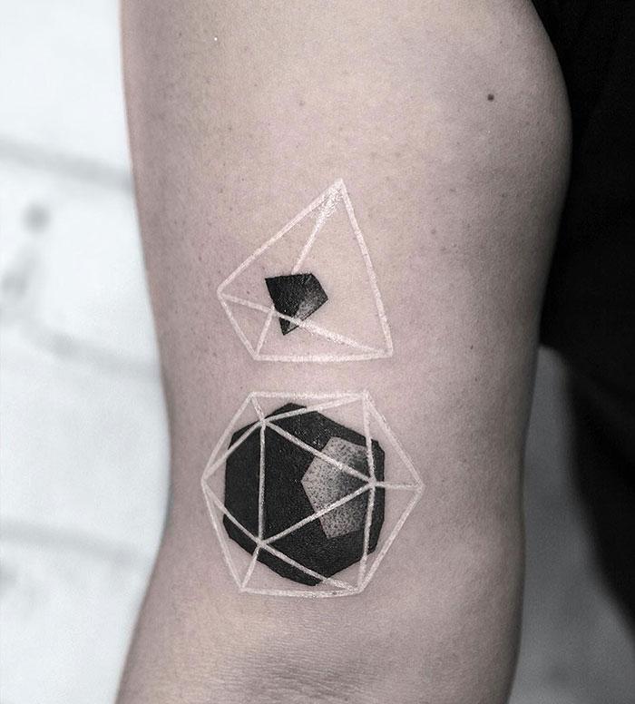 36 tatouages blancs qui ressemblent à des runes magiques