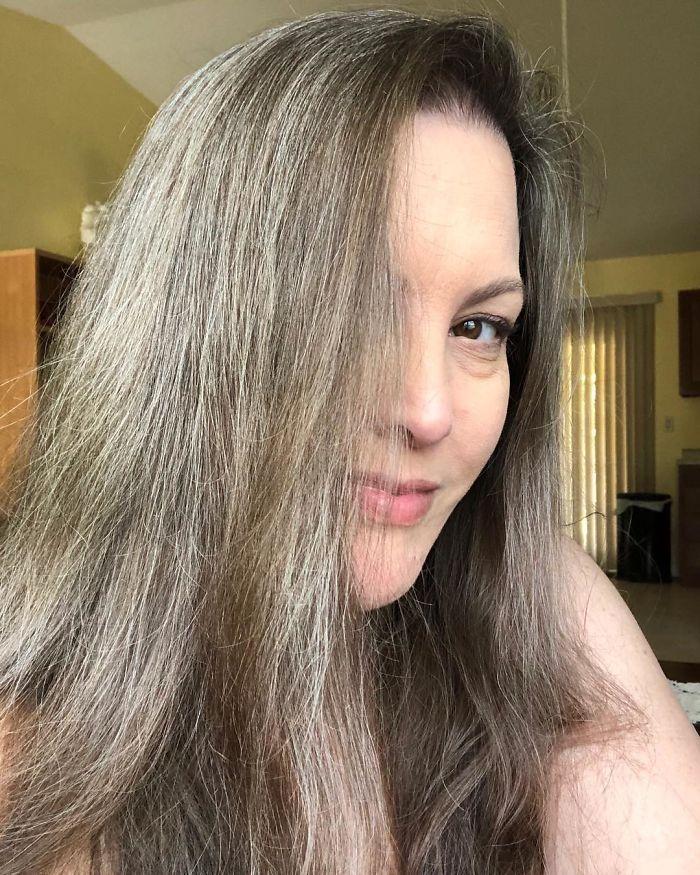 Ces 33 femmes qui ont arrêté de se teindre les cheveux sont si jolies qu'elles pourraient vous convaincre de faire la même chose (nouvelles images)