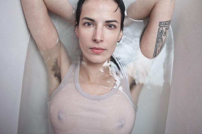 «Beauté naturelle» : cette série de photos défie les normes qui visent à limiter les poils sur le corps des femmes (30 images)