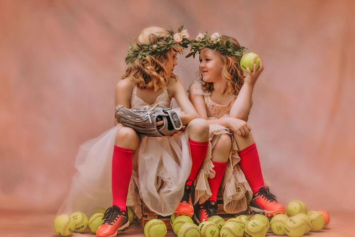 «Pourquoi doit-elle choisir?» Cette maman prend des photos de filles «coquettes» avec des éléments sportifs et le résultat déchire