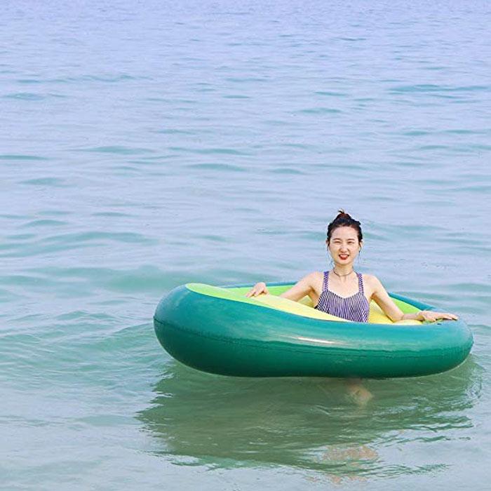 Ce flotteur de piscine en forme d'avocat avec noyau amovible existe et les gens sont heureux qu'il ne brunisse pas du jour au lendemain