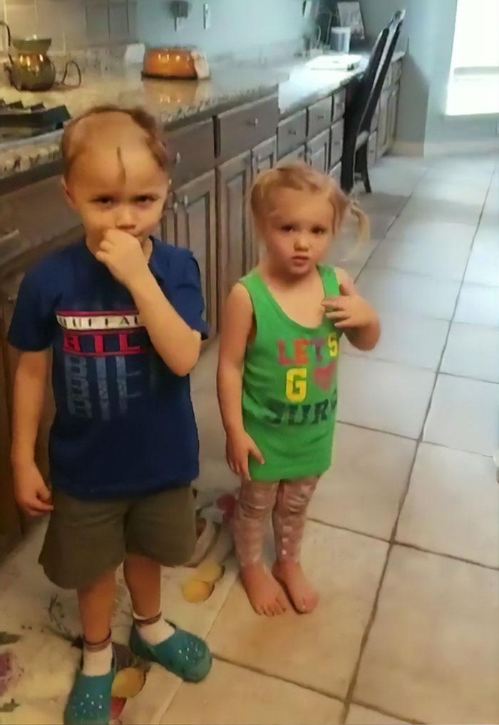 Cette mère s'est mise à pleurer quand son fils a trouvé un rasoir électrique et a rasé ses cheveux et ceux de ses frères et soeurs