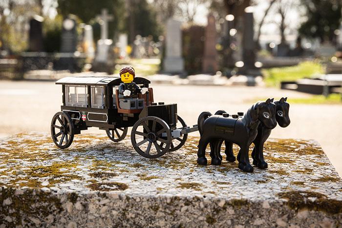 Cet ensemble LEGO funéraire aide les enfants à mieux comprendre la mort