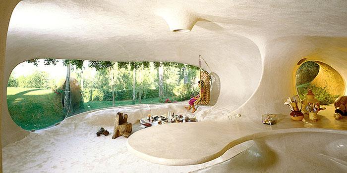 Cette maison organique de Hobbit est parfaitement intégrée à son environnement et est pratiquement invisible pour les passants
