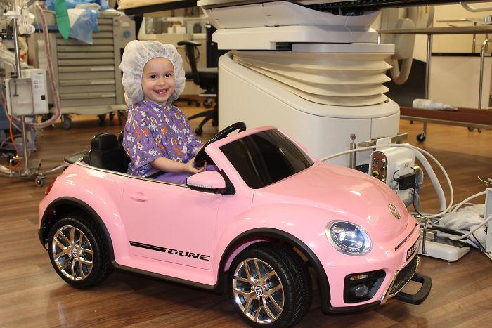 Cet hôpital prête de petites voitures aux enfants pour se rendre dans la salle opératoire afin qu'ils soient moins stressés