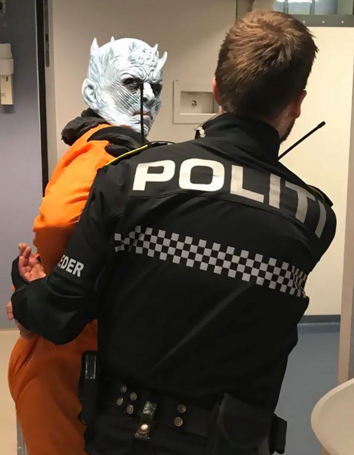 La police norvégienne a arrêté le Roi de la Nuit pour avoir détruit le mur et elle a partagé ses photos en ligne