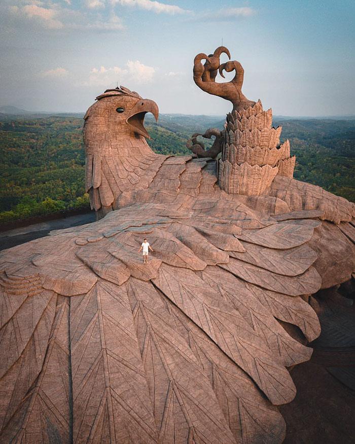 Cet artiste a passé 10 ans à créer la plus grande sculpture d'oiseau du monde (61 m)